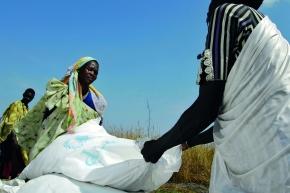 Sudanesische Frauen bergen die im Rahmen des World Food Programme (WFP) von Flugzeugen abgeworfenen Nahrungsmittel.