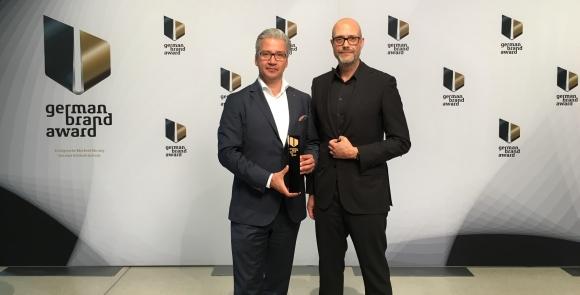 Frank Miedaner (l), Geschäftsführer Weber-Stephen Deutschland GmbH, und Prof. Holger Schmidhuber, CEO, Managing Partner Fuenfwerken Design AG, nahmen gemeinsam die Auszeichnung entgegen.
