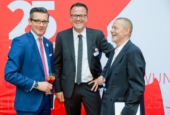 Feierstimmung bei der Jubiläums-Mitgliederversammlung in Nürnberg (v.l.): Dr. Michael Fraas, Wirtschaftsreferent der Stadt Nürnberg, DVSI-Geschäftsführer Ulrich Brobeil und Moderator Jörg Stuttmann.