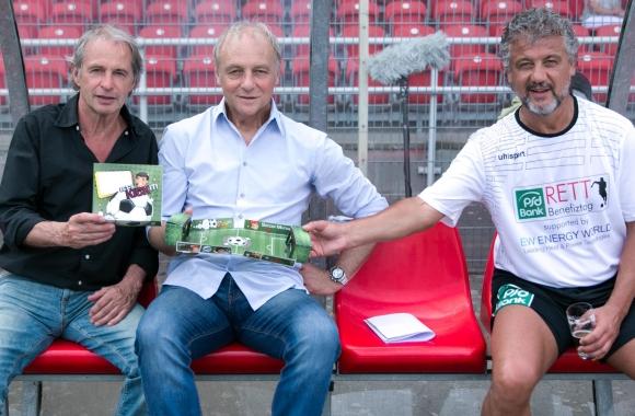 """Die drei Ex-Bundesliga-Stars (v.l.) Horst Wohlers (Borussia Mönchengladbach), Rüdiger """"Abi"""" Abramczik (Schalke 04) und Schirmherr Erdal Keser (Borussia Dortmund) mit dem Let's Kick-It-Spiel."""