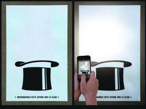 Die Agentur lg2 wählte eine maßgeschneiderte Poster-Aktion, um auf das alljährliche Québec City Magic Festival hinzuweisen: schwarze Zylinder auf weißem Grund. Erst ein Foto brachte Nachrichten in Form eines Kaninchens oder einer Taube zum Vorschein, die mit etwas Glück auch eine Freikarte zum Festival enthielten.