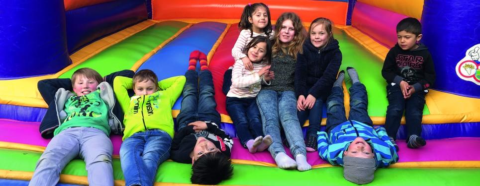 Nach der Renovierung des Wohnhauses für eine fünfköpfige Familie aus Syrien veranstaltete mbw ein Helferfest.