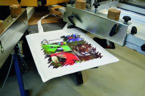 Zu den angebotenen Veredelungsverfahren gehört auch die Umsetzung von Vierfarb-Rasterdrucken im Siebdruck, der sich insbesondere für Fotomotive eignet.