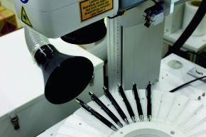Die hochwertige und langlebige Veredelung von Metallschreibgeräten übernimmt die unternehmenseigene Lasergravurmaschine.