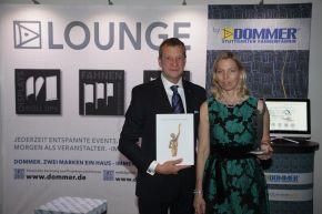 Sylvia Dommer-Kroneberg und Dr. Manfred Kroneberg, beide Geschäftsführer der Dommer Stuttgarter Fahnenfabrik, nahmen die Auszeichnung im Rahmen einer Gala im Würzburger Hotel Maritim vor mehr als 500 Unternehmern sowie zahlreichen geladenen Gästen in Empfang.