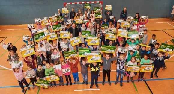 Jubel bei den Grundschülern: Insgesamt 730 Kinder erhielten ein Spendenpaket.