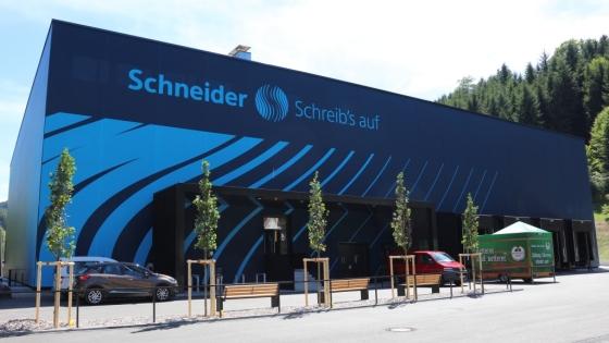 Schneider Neubau 560x315 - Schneider erweitert Kapazitäten