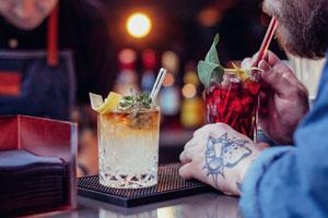 HALM Strohhalme aus Glas Bar Gast trinkt Fotograf Toni Hauschild - Nachhaltig gegen den Stillstand